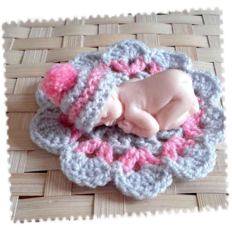 bonnet miniature avec pompon et tapis gris et rose la petite boutique clic. Black Bedroom Furniture Sets. Home Design Ideas