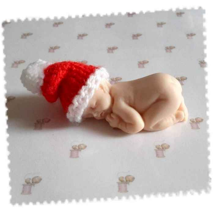 11cd5f79d8c2 Bonnet noel miniature pour bébé fimo fait main au tricot avec pompon ...