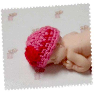 Bonnet miniature coton rose avec nœud rouge