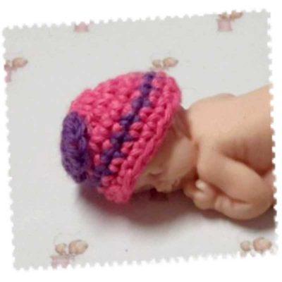 Bonnet miniature rose avec nœud violet