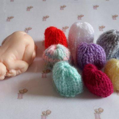 Lot de 10 Bonnets miniatures pour bébé en fimo fait main au tricot multicolore