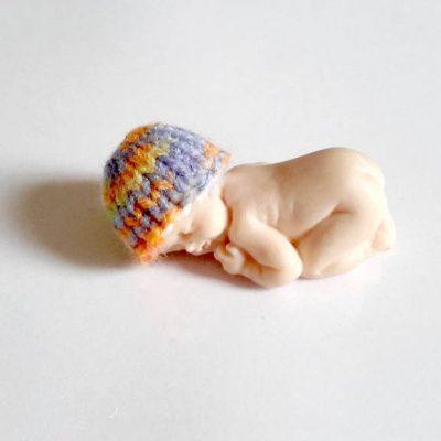 Bonnet miniature pour bébé fimo fait main au tricot multicolore