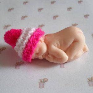 Bonnet miniature avec pompon laine fuschia
