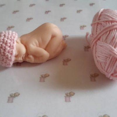 Bonnet miniature pour bébé fimo fait main au crochet en coton rose clair