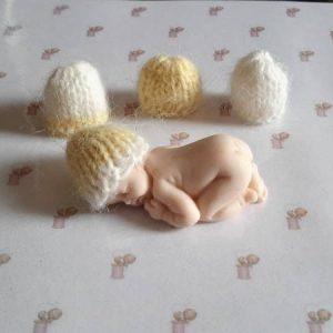 4 bonnets miniatures pour bébé fimo jaune paille et blanc en point jersey