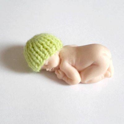Bonnet miniature pour bébé fimo fait main au tricot citron vert