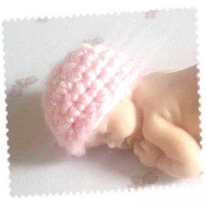 Bonnet miniature rose clair pour bébé en fimo fait main au crochet