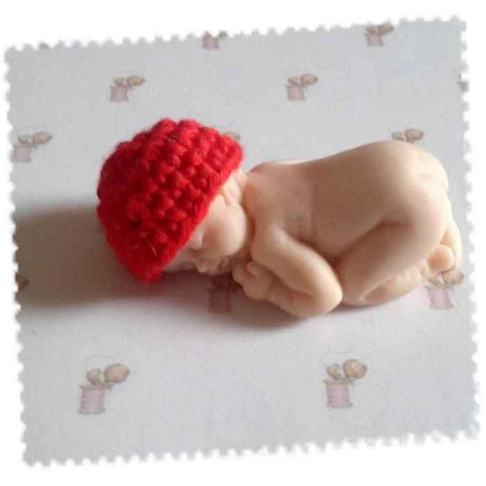 4fbc7220b94 Bonnet miniature pour bébé en fimo fait main au crochet en coton .