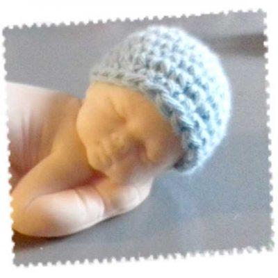 Bonnet pour le grand bébé fait main au crochet bleu clair