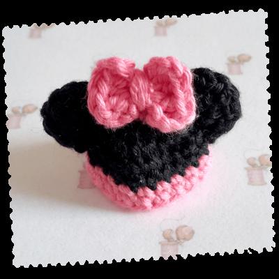 Bonnet miniature minnie petite souris pour bébé en fimo fait main au crochet en coton noir et rose