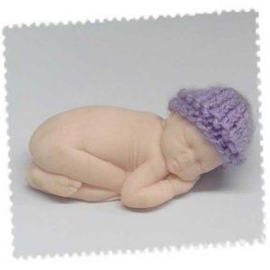 Bonnet pour le grand bébé fait main au tricot mauve
