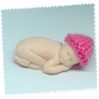 Bonnet pour le grand bébé fait main au tricot rose