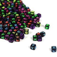 """Perles noires lettre alphabet """"A-Z"""" au Hasard cube 6 mm écriture multicolore fluo"""