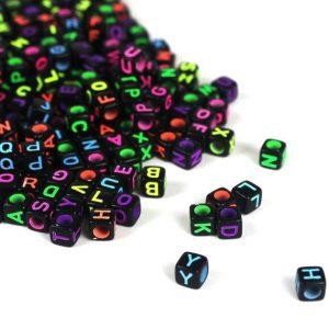 Perles noires lettre alphabet «A-Z» au Hasard cube 6 mm écriture multicolore fluo