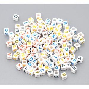 perle carrée blanche lettre multicolore 6 mm